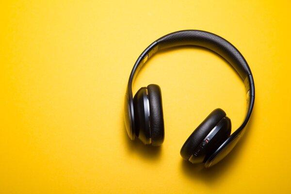 Poslucháči najčastejšie počúvajú podcasty cez slúchadlá a púšťajú si ich na svojich smartfónoch.