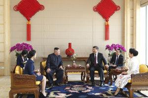 Severokórejský vodca Kim Čong-un počas schôdzky s čínskym prezidentom Si Ťin-pchingom v Pekingu.