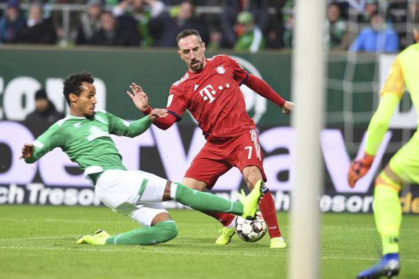 Franck Ribéry v červenom drese Bayernu v bundesligovom zápase proti Brémam.