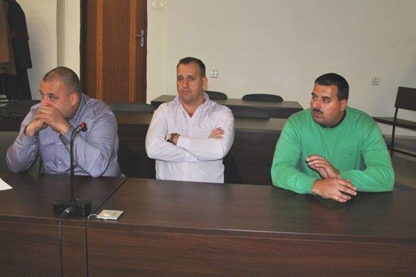 Zľava Maroš, Martin a Branislav Paškovci. Opäť sa posadia na lavicu obžalovaných.