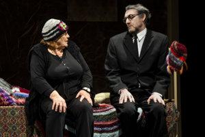 Mathea (Zita Furková) sa v hre rozpráva so spomienkou na manžela Elipsona (Ady Hajdu)