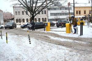 Závorové parkovisko na Orlej nepôsobilo v stredu dojmom, že by ho niekto čistil od snehu.