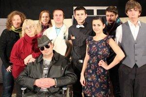 V predstavení Apartnám 648 účinkuje spolu osem hercov, avšak vystupuje v ňom až trinásť postáv.