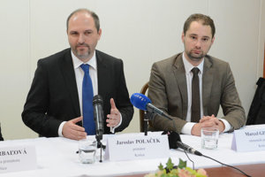 Primátor Polaček ani jeho pobočník stopnutie stíhania nekomentovali.