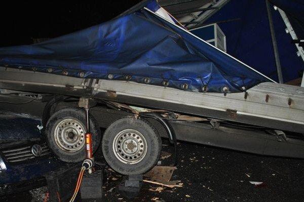 Pri Ružomberku v smere do Hubovej zahynuli pri dopravnej nehode dvaja ľudia. Dve Stropkovčanky sú vo vážnom stave v ružomberskej nemocnici.