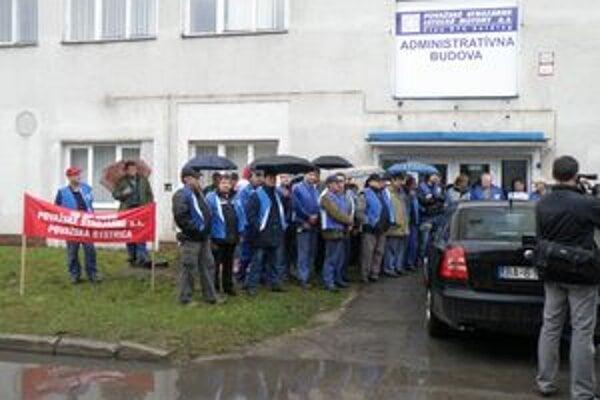 Zamestnanci protestovali pred budovou riaditeľstva spoločnosti.