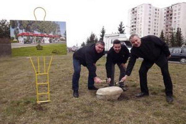 Základný kameň poklepali investori (zľava) Milan Mikušiak a Lukáš Slosiar spolu s viceprimátorom Jozefom Repaským.