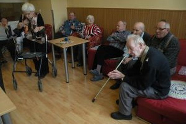 Dôchodcovia volili do prenosnej urny.