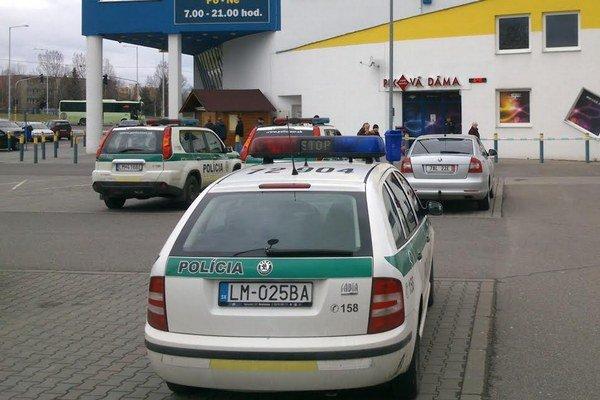 Policajti začali okamžite pátrať po lúpežníkovi.