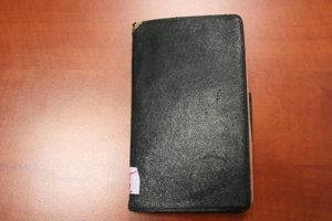 Zápisník má miery 14,7 x 9 cm.