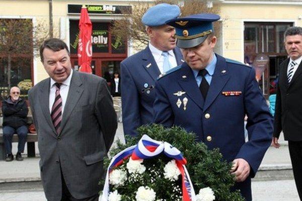 Rusi položili veniec k pomníku príslušníkov Červenej armády aj napriek tomu, že primátor si to neželal.
