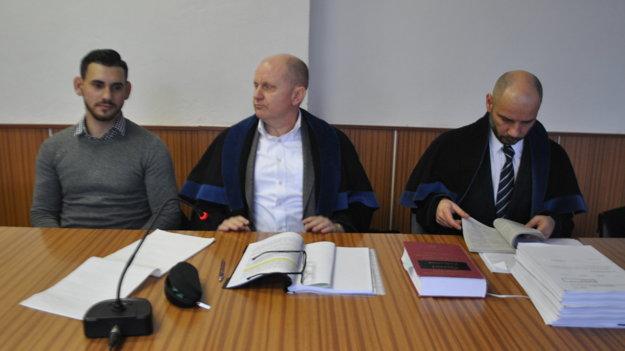 Leonard Horváth (vľavo) so svojimi obhajcami.
