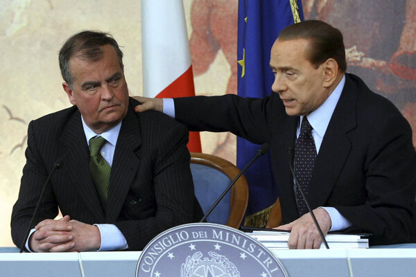 Na snímke z 13.apríla  2011 vtedajší taliansky premiér Silvio Berlusconi (vpravo) a taliansky minister Roberto Calderoli.