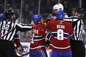Zdeno Chára v súboji s hráčmi Montrealu.