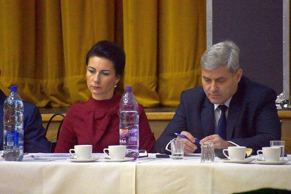 Manželia, poslanci, sedeli na prvom zasadnutí vedľa seba.