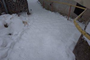Aj takto po niekoľkých dňoch vyzeralo schodisko s utalčeným snehom v Kremnici, stupienky takmer zmizli. Neskôr ho odhrnuli.
