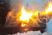 Oheň chatu takmer úplne zničil.