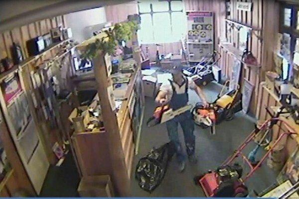 Krádež zaznamenala kamera v predajni.