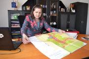 Starostka Miloslava Fedorová ukazuje územný plán obce.