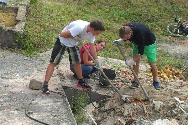 Členovia združenia a dobrovoľníci si svojpomocne pripravujú areál, v ktorom by chceli mať útulok a karanténnu stanicu.