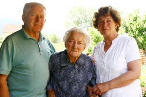 Anna Tomčíková so synom a dcérou.