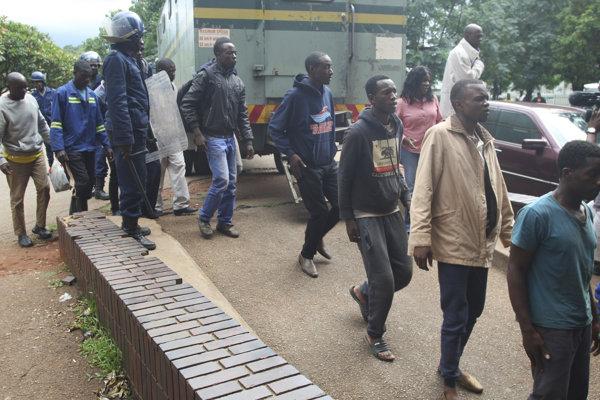 Zadržaní demonštranti v metrepole Zimbabwe Harare.