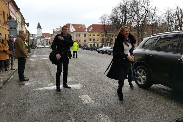 Ministerka Saková prichádza na rokovanie vlády SR v Levoči.