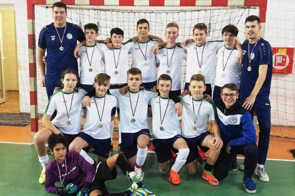 Starší žiaci FK Veľký Cetín, víťazi turnaja.