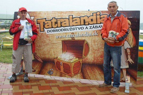Prvý a tretí s cenami. Celkový víťaz Pavol Sitek (vľavo) a tretí Ivan Bubelíny v Aqua-parku Tatralandia sa poznajú z turistických výstupov