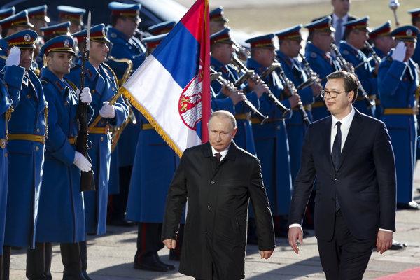 Vladimir Putin (vľavo) po prílete do Belehradu kráča so srbským prezidentom Aleksandarom Vučičom.