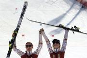 Slovenská lyžiarka Henrieta Farkašová (vľavo) s navádzačkou Natáliou Šubrtovou (vpravo) na trati slalomu žien v alpskom lyžovaní na XII. zimných paralympijských hrách v Pjongčangu 18. marca 2018.