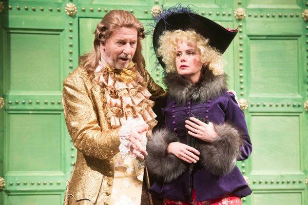 Ivan Krúpa ako Arnolf  a Adriana Ballová ako Katalin v Molièrovej Škole žien v Štátnom divadle Košice