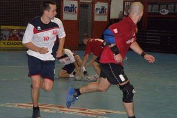 Štefanisko (vľavo) sa vrátil na palubovku po zranení a pomohol k výhre Pov. bystrice nad Hlohovcom šiestimi gólmi.