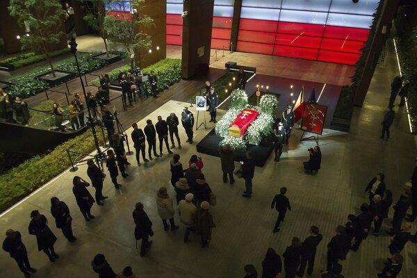Truhla s pozostatkami zavraždeného starostu Gdanska Pawla Adamowicza je vystavená v Európskom centre Solidarity v Gdansku,