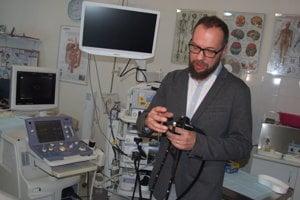 Lekár pri požičanom prístroji.