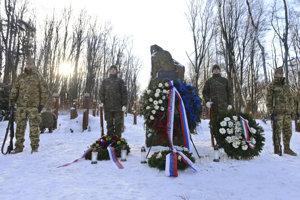 Pamätník na kopci Borsó počas sobotňajšej pietnej spomienky.