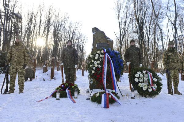 Na snímke pamätník na kopci Borsó počas pietnej spomienky pri príležitosti 13. výročia leteckej katastrofy pri obci Hejce 19. januára 2019. Lietadlo AN-26 slovenskej armády, ktoré viezlo slovenských vojakov z Kosova, havarovalo 19. januára 2006 neďaleko slovensko-maďarských hraníc.