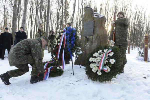 Jediný preživší Martin Farkaš kladie veniec pri pomníku obetiam v maďarskej obci Hejce.