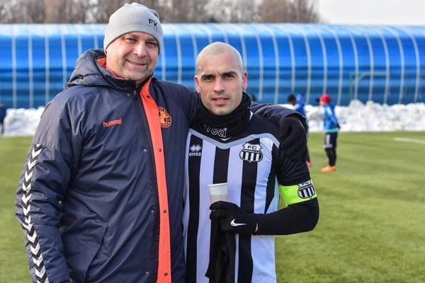 Juraj Piroska v drese Petržalky na fotke spolu s vedúcim mužstva Martinom Šnegoňom.