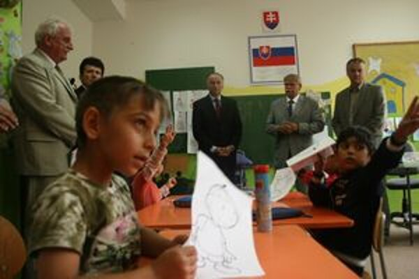 Minister školstva Eugen Jurzyca (v strede) navštívil aj Základnú školu Dr. Aurela Stodolu,  v ktorej chodia deti aj do nultého ročníka.