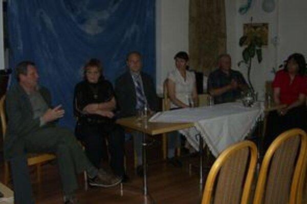 Autori najúspešnejších kníh ankety Kniha roka 2010 na besede v Liptovskej knižnici G.F.Belopotockého. Vpravo jej riaditeľka Marcela Feriančeková.