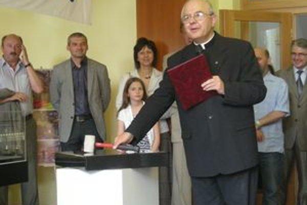 Základný kameň poklepal aj rektor Katolíckej univerzity Tadeusz Zasepa.