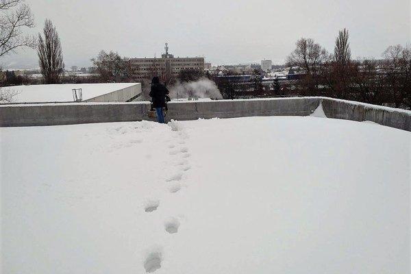 Snehu bolo dosť aj na rovnej streche zimného štadióna v Martine.