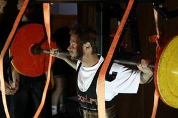 Liptovský vzpierač súťažil Majstrovstvách Európy WPC v kategórii Raw do 52 kilogramov a podarilo sa mu  vytvoriť štyri svetové rekordy.