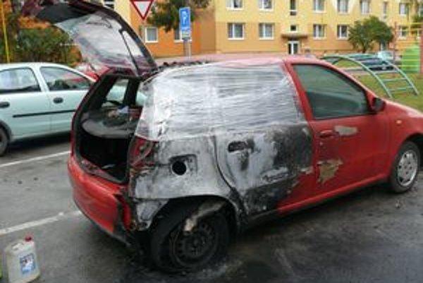 Od horiaceho BMW sa chytilo aj vedľa stojace auto. Jeho majiteľ ho kúpil len nedávno a požiar mu spôsobil nemalé škody.
