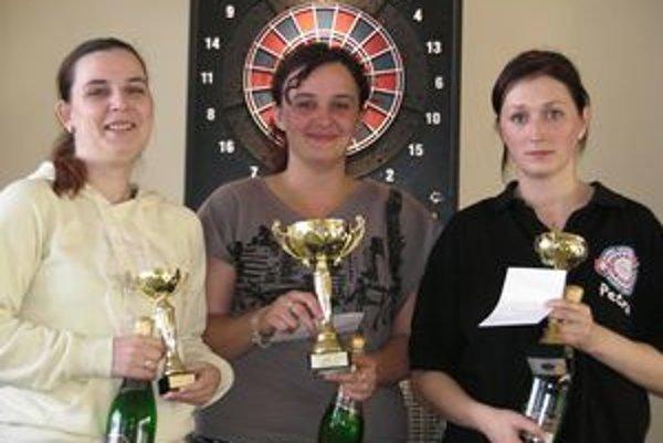 Najlepšie ženy. Zľava druhá Lišková, víťazná Čerňanská a tretia P. Kvasničková.