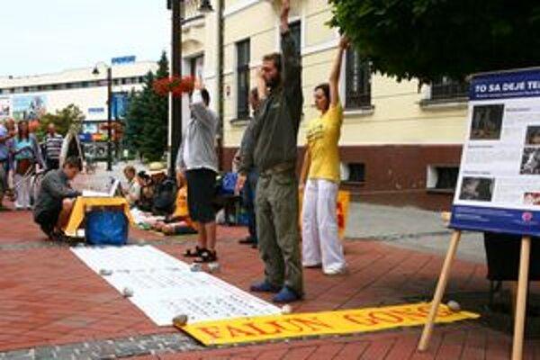 Aktivisti v centrách dvoch liptovských miest predvádzali ukážky cvičenia Falun Gong. Na  stojanoch s fotografiami ukazovali dôsledky prenasledovania zástancov metódy.