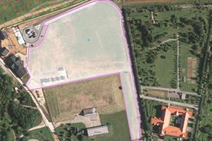 Tento pozemok (v strede vyznačený bielou farbou) predalo mesto v roku 2006 jazdeckému klubu na športovo-rekreačný areál.