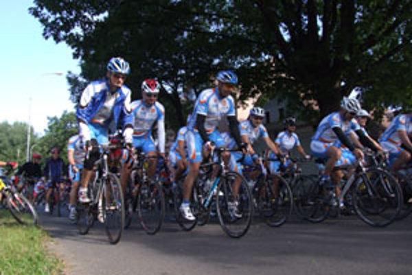 Cyklisti štartovali uplynulú sobotu ráno pri rodnom dome Martina Rázusa v Liptovskom Mikuláši.