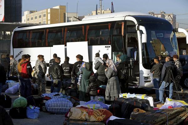 Sýrski utečenci opúšťajú Bejrút.